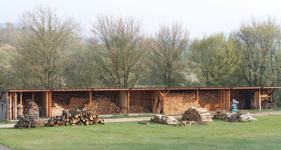 Drewno uznawane za opałowo suche to drewno owilgotności 15–25%, to znaczy, że wdalszym ciągu wdrewnie znajdować się będzie od 10 do 15% wody higroskopijnej. Warto otym pamiętać przy przechowywaniu tzw. suchego drewna. Wdalszym ciągu wymaga ono wymiany powietrza, która zapobiegnie wzrostowi wilgoci wewnątrz pojemników zdrewnem ico za tym idzie rozwojem grzybów